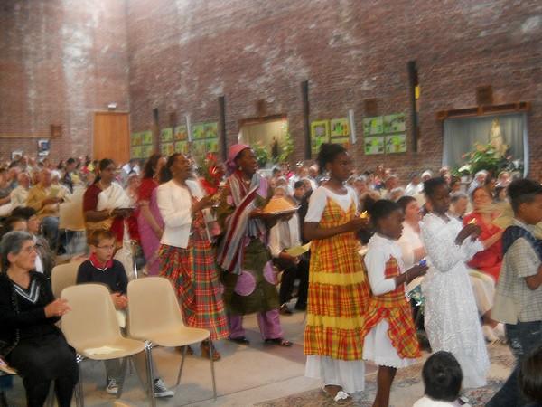 Procession des offrandes lors de la messe du doyenné du 19 juin 2011